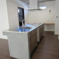 モルタル塗りのオーダーキッチン